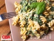 Рецепта Пълнозърнести фузили със спанак, сметана и синьо сирене